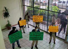 Reducen parque vehicular en Pemex, obreros protestan